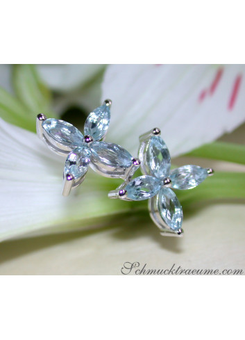 Grazile Aquamarin Ohrstecker im Blüten Design