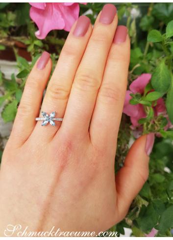 Anmutiger Aquamarin Ring mit Diamanten im Blüten Design