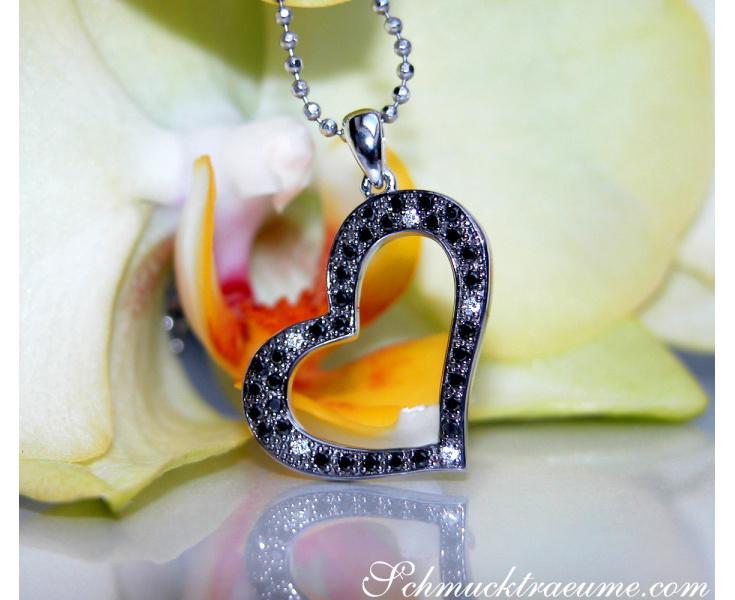 Graziler Herz Anhänger mit schwarzen Diamanten in Weißgold