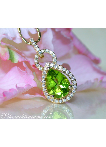 Casual Peridot Pendant with Diamonds