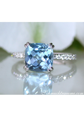 Enchanting Aquamarine Ring with Diamond Collar