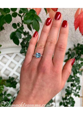 Enchanting Aquamarine Ring with Diamond Collar