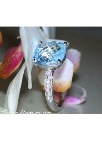 Charmanter Blautopas Ring mit Diamanten