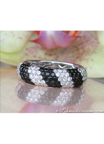 Pretty Black & White Diamond Ring