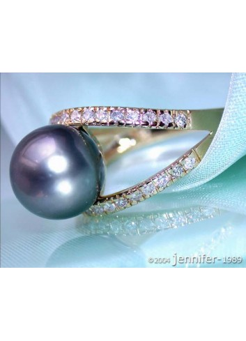 Attractive Tahitian Pearl Diamond Ring in Yellowgold
