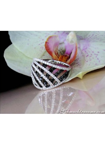 Interesting black and white diamond ring in white gold 18k