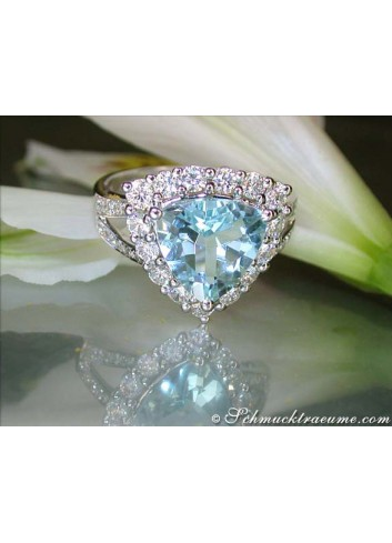 Glorious Aquamarine Ring with Diamonds