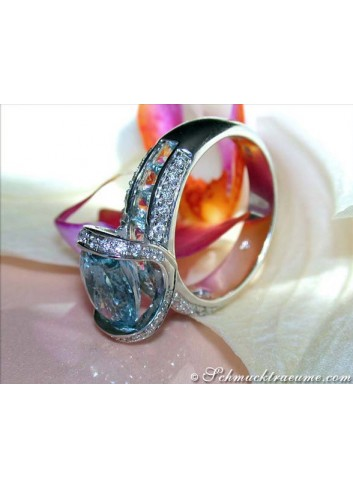 Extravagant Aquamarine Ring with Diamonds