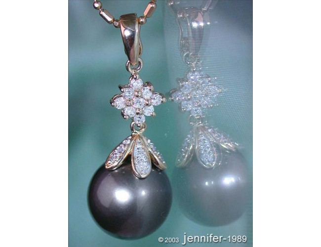 Timeless Tahitian Pearl Diamond Pendant in Yellow gold