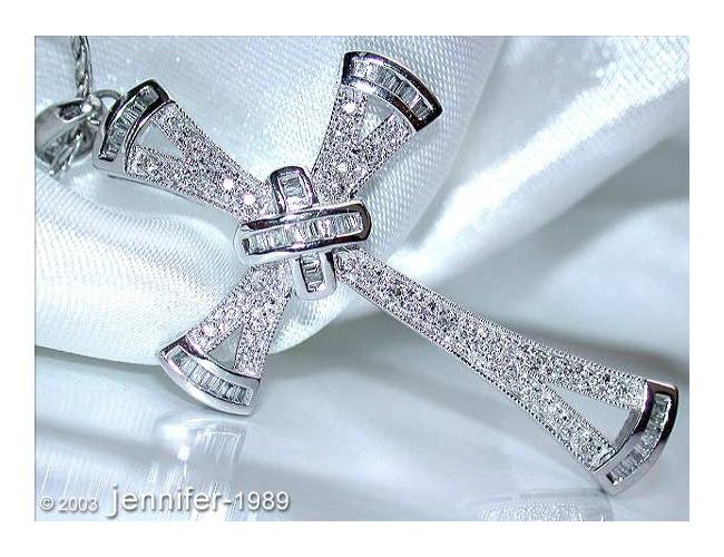 Ausgesuchter Diamanten Kreuz Anhänger in Weißgold