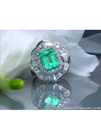 Glorious Emerald Ring with Diamonds