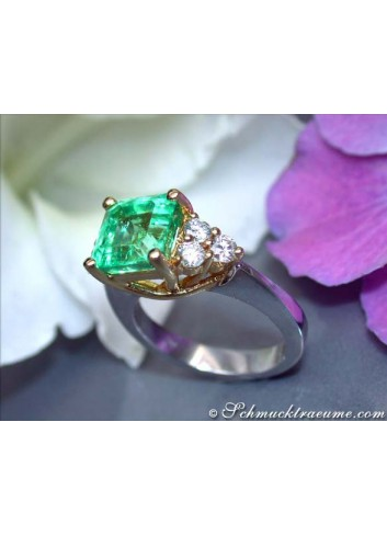 Exquisite Emerald Diamond Ring