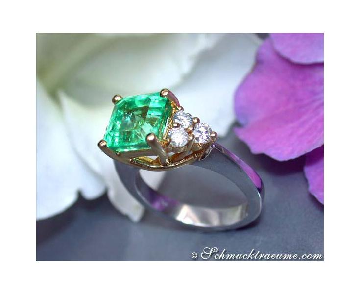 Exquisite Emerald Diamond Ring