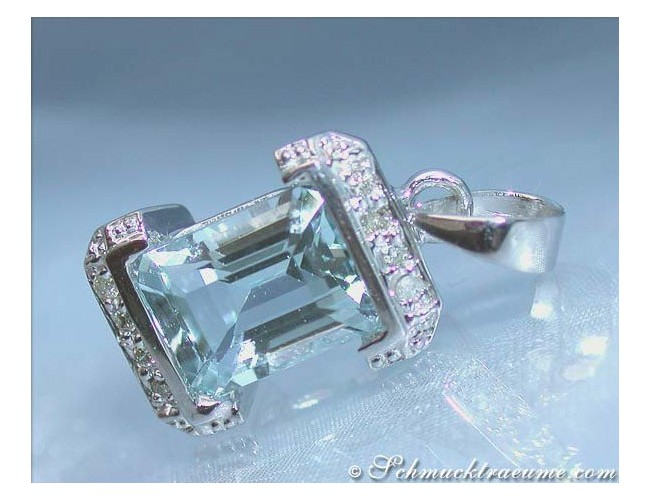 Pretty Aquamarine Pendant with Diamonds