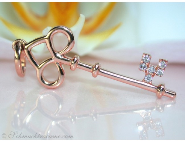 Cute Diamond Key Pendant in Rose gold 18k