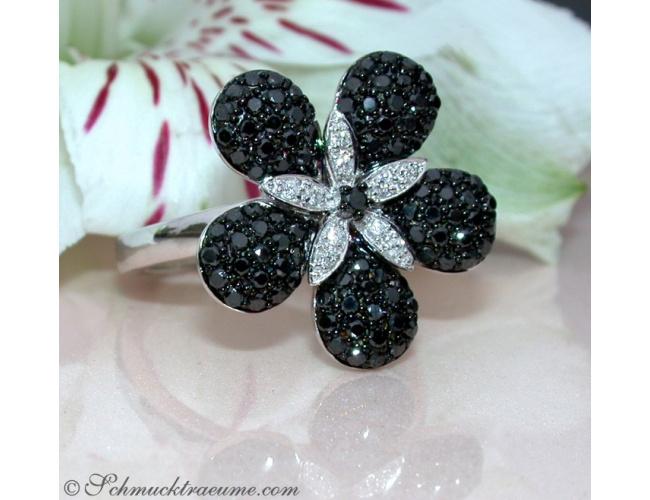 Blumen Ring mit schwarzen Diamanten