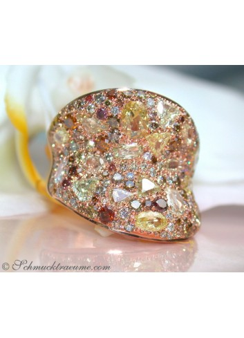 Magnificent Ring with natural colored Diamonds