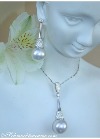 Extravagant Southsea Pearl Pendant with Diamonds in White gold