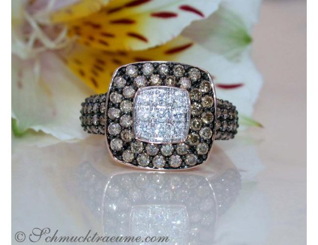 Carré Ring mit weißen und naturbraunen Brillanten