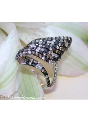 Extravaganter Ring mit schwarzen