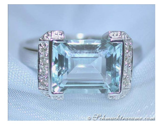 Fine Aquamarine Ring with Diamonds