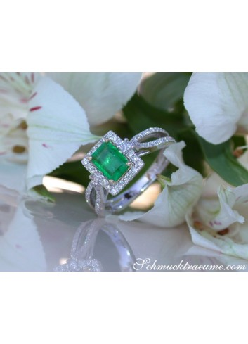 Precious Emerald Ring with Diamonds