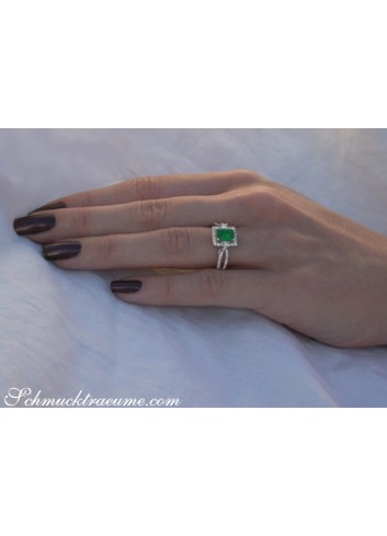 Precious Emerald Ring with Diamonds