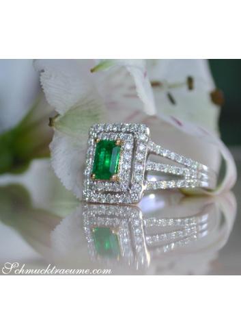 Pretty Emerald Ring with Diamonds