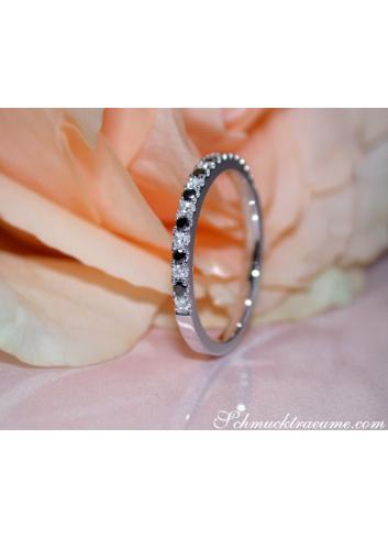 Zarter Halb Memoryring mit weißen und schwarzen Diamanten
